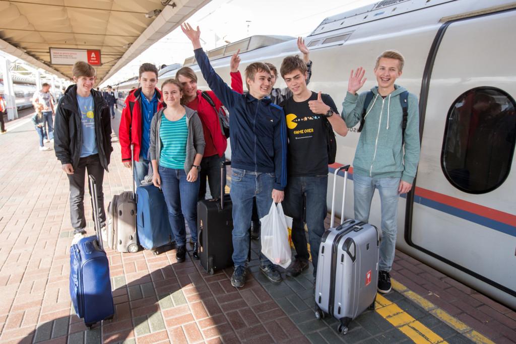 Петербургские школьники прибыли в Москву на соревнования. Их встречала команда репортеров