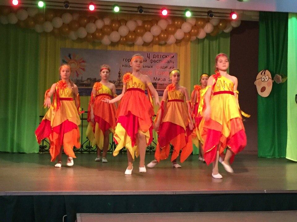 Участники танцевального ансамбля «Радуга» школы 253  под руководством педагога Е.Н. Сивохиной порадовали всех прекрасным исполнением танца «Ой, то не вечер»