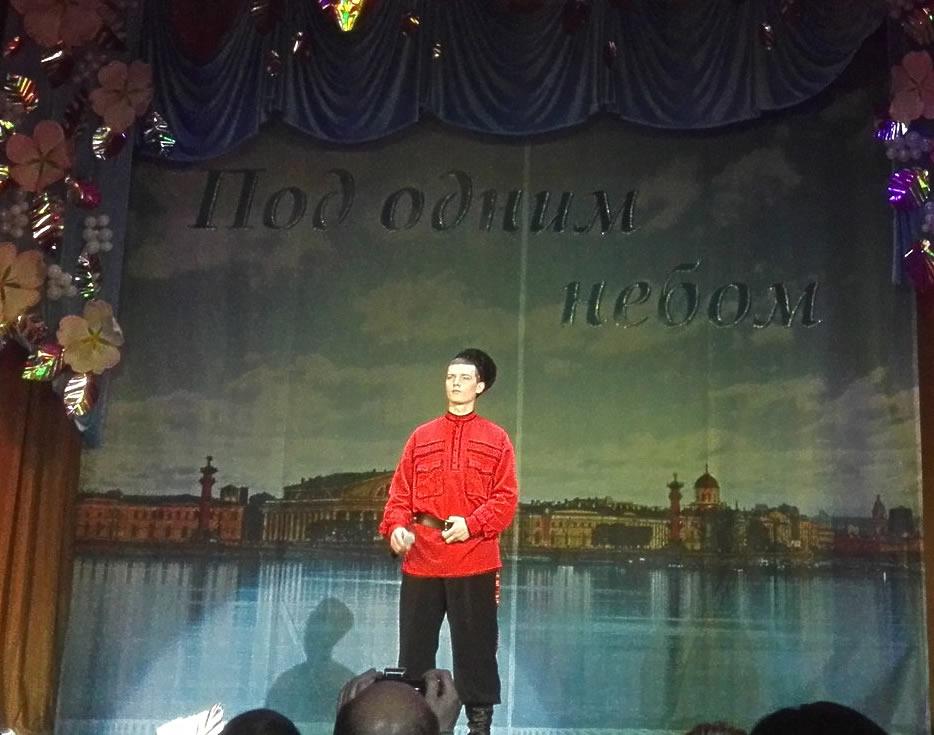 На сцене - Виталий Архипов, который исполнил казачью рекрутскую песню