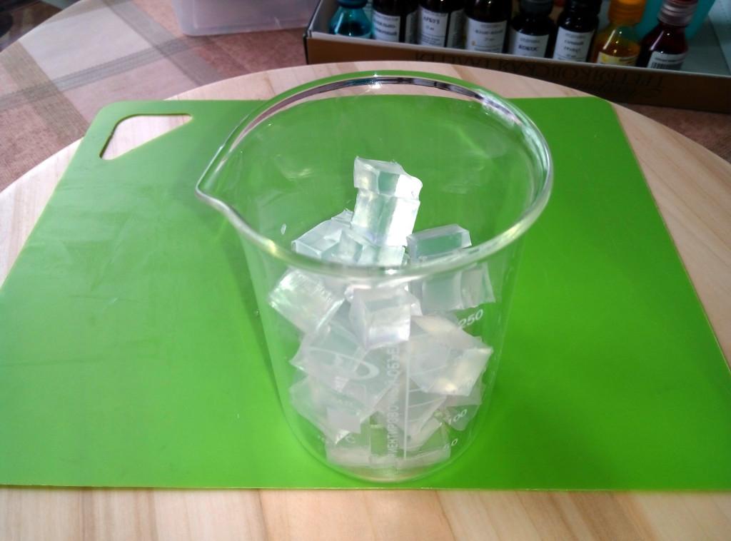 Кладем кусочки в стакан, чтобы растопить на водяной бане или в микроволновке