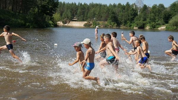 Дети-купаются