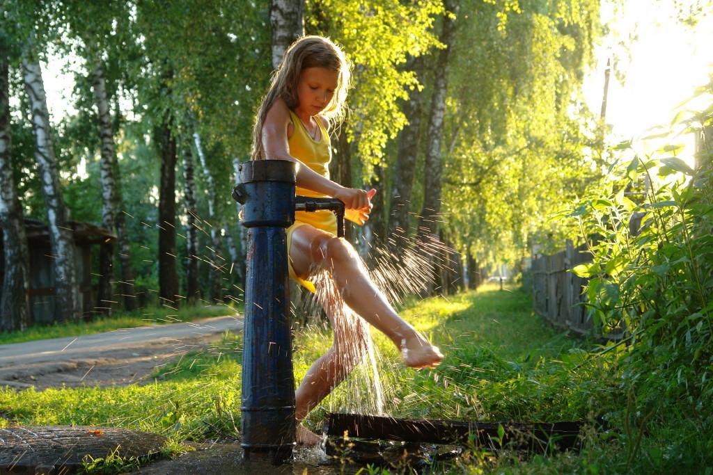 Чем занять ребенка летом на даче. Прогулки под дождем