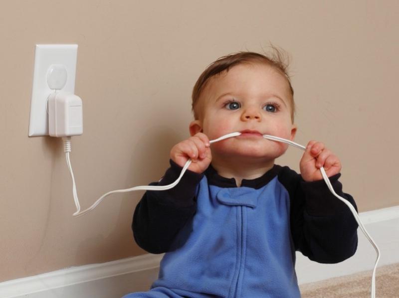 Самые распространенные детские травмы, как избежать и что делать. Поражение электрическим током
