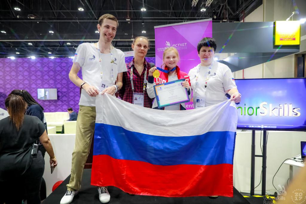 Вместе с Дарьей все дни соревнований в Абу-Даби находились наставники – Виктория Назарова, Алексей Аксенов (Санкт-Петербург) и Анна Москалева (Москва