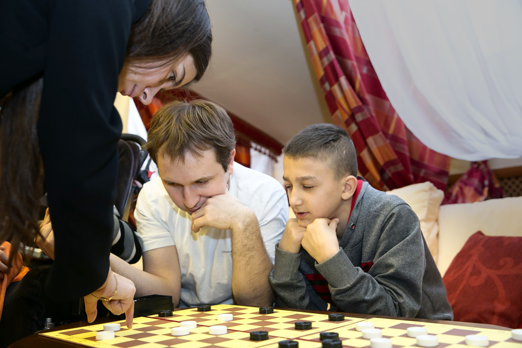Победители Кубка мира по шашкам-64 провели мастер-класс в Детском хосписе