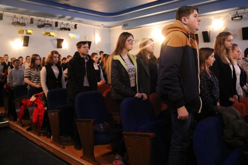 Встреча поколений началась необычайно волнительно - под звуки «Бухенвальдского набата».