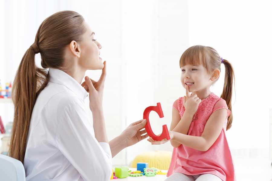 Почему в три года ребенок молчит, нужно ли учить его читать как можно раньше, обязательно ли выговаривать звуки