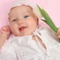 Младенцы улыбаются, чтобы установить контакт