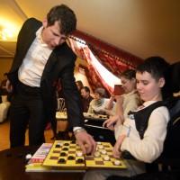 Детский хоспис посетил чемпион мира по шашкам Сергей Белошеев