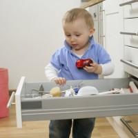 Как обезопасить помещение, где живет ребенок
